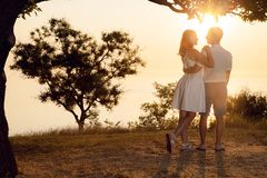 Пара стоит на пляже стоковое фото