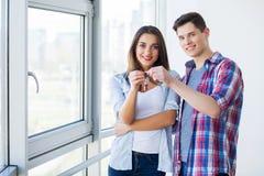 Пара с коробками двигает к новому дому Свойство для продажи стоковая фотография