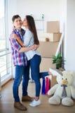 Пара с коробками двигает к новому дому Свойство для продажи стоковое фото
