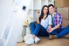 Пара с коробками двигает к новому дому Свойство для продажи стоковое изображение rf