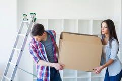 Пара с коробками двигает к новому дому Свойство для продажи стоковые фотографии rf
