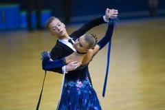 Пара танца выполняет программу стандарта Junior-2 Стоковая Фотография