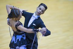 Пара танца выполняет программу стандарта Junior-2 Стоковые Изображения