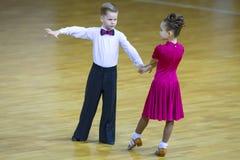 Пара танца выполняет программу стандарта Juvenile-2 Стоковое Фото