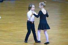 Пара танца выполняет программу стандарта Juvenile-2 Стоковые Фото