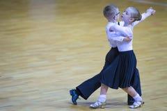 Пара танца выполняет программу Juvenile-2 Стоковое фото RF