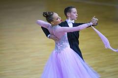 Пара танца выполняет стандартную программу Junior-2 на чемпионате соотечественника WDSF Стоковое Фото