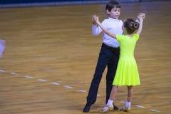 Пара танца выполняет стандартную программу Juvenile-2 на чемпионате соотечественника WDSF Стоковая Фотография