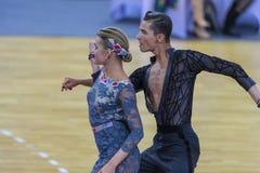Пара танца подвздошных костей Shvaunov и Анны Sneguir выполняет латино-американскую программу Youth-2 стоковая фотография rf