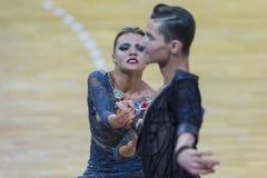 Пара танца подвздошных костей Shvaunov и Анны Sneguir выполняет латино-американскую программу Youth-2 стоковые изображения rf