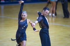 Пара танца Aleksei Tkachuk и Anastasiya Ilienya выполняет программа взрослое латинское †«американская Стоковая Фотография