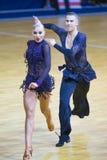 Пара танца Anton Kireev и Elina Vedenikova выполняет программу латыни молодости Стоковые Фотографии RF