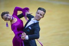 Пара танца Savastian Zolotov и Irina Komar выполняет программу стандарта Junior-2 Стоковая Фотография