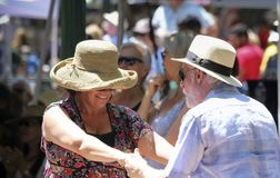 Пара танцует к диапазону Manzanares в Санта-Фе Стоковое Фото