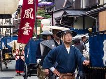 Парад фестиваля осени Takayama на улицах городка Стоковая Фотография