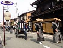 Парад фестиваля осени Takayama на улицах городка Стоковые Изображения RF