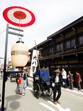 Парад фестиваля осени Takayama на улицах городка Стоковые Фотографии RF