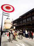 Парад фестиваля осени Takayama на улицах городка Стоковое Изображение RF