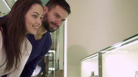 Пара ходит по магазинам на бутике ювелирных изделий стоковое фото rf