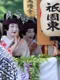 Парад цветистых девушек гейши на фестивале Gion Стоковая Фотография
