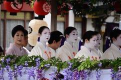 Парад цветистых девушек гейши на фестивале Gion Стоковое Изображение