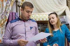Пара человек и женщина, предприниматели малого семейного предприятия магазин Выставк-комнаты домашних тканей, тканей, занавесов стоковое фото rf