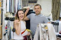 Пара человек и женщина, предприниматели малого семейного предприятия магазин Выставк-комнаты домашних тканей, тканей, занавесов стоковые фото