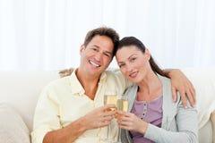 пара шампанского рифлит портрет удерживания стоковое изображение rf