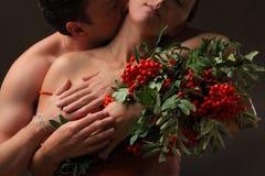 Пара любовников и золы горы Стоковые Фото