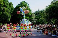 Парад Диснейленда токио мечт радостный всех видов сказок и персонажей из мультфильма Стоковые Фотографии RF