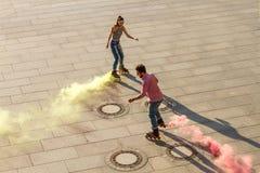 Пара rollerblading Стоковая Фотография