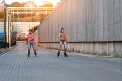 Пара rollerblading Стоковое Фото