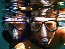 Пара snorkelling в море. стоковые изображения