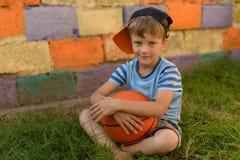 Парень баскетболист на суде для спорт Теплое summe Стоковая Фотография