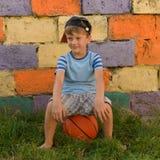 Парень баскетболист на суде для спорт Теплое summe Стоковые Фотографии RF