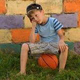 Парень баскетболист на суде для спорт Теплое summe Стоковое Изображение