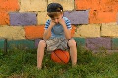 Парень баскетболист на суде для спорт Теплое summe Стоковая Фотография RF