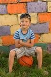 Парень баскетболист на суде для спорт Теплое summe Стоковое Изображение RF