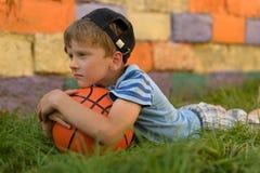 Парень баскетболист на суде для спорт Теплое summe Стоковые Фото