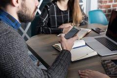 Парень битника беседуя на мобильном телефоне во время метода мозгового штурма стоковые изображения rf