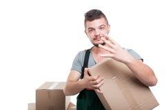 Парень движенца держа показ 4 картонной коробки Стоковое Фото