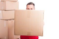 Парень движенца пряча за большой картонной коробкой Стоковые Фото