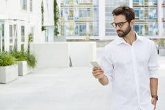 Парень в белой рубашке стоковое изображение