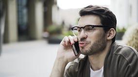 Парень в кафе на телефоне, взгляд со стороны битника видеоматериал