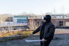 Парень в маске, кожаной куртке и стеклах виртуальной реальности стоковые фото