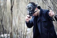 Парень в пальто и маске противогаза Пост-апоралипсический портрет a стоковое фото rf