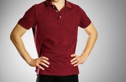 Парень в темноте - красном пустом поло футболки Подготовленный для вашего lo стоковые изображения rf