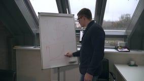 Парень говорит как заработать деньги в Новом Годе сток-видео