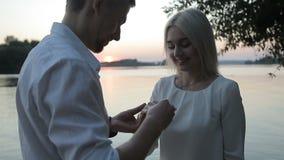 Парень делает предложение к девушке видеоматериал