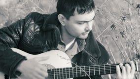 Парень играя гитару в b&w природы акции видеоматериалы